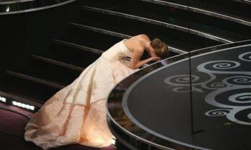 video-jennifer-lawrence-se-cae-al-recoger-su-oscar